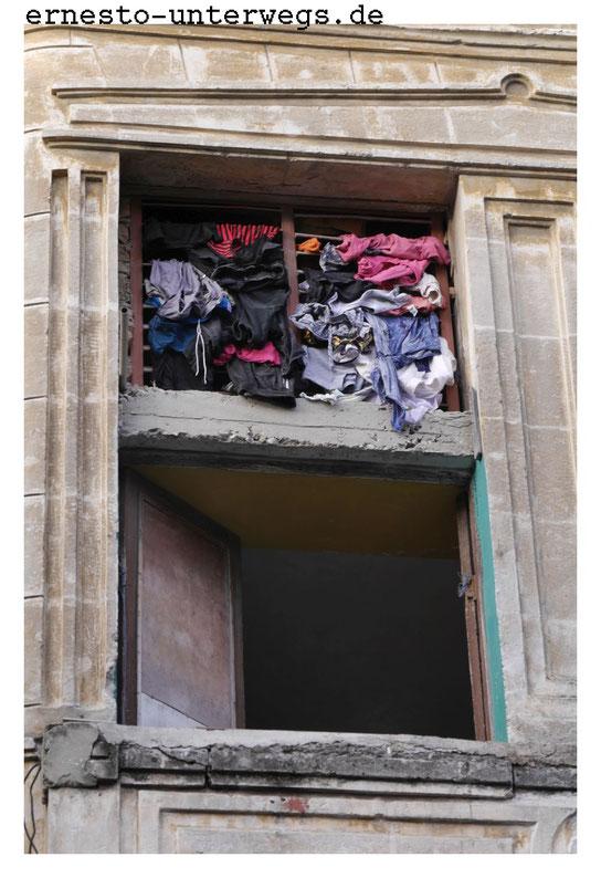 Über dem Fenster siehst du die Zwischendecke. Die Wäsche hängt in dem oberen Geschoss demnach auf Fußhöhe.