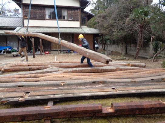長い松梁を順番に並べていく。