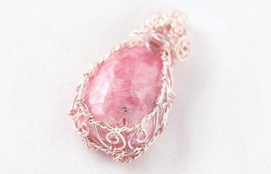 ピンクの天然石を使用したスピリチュアルジュエリー®