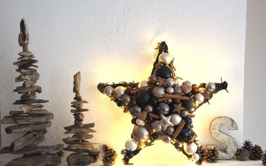 Stern mit braunen und schwarzen Glaskugeln, Zimtstangen und weiteren Deko Accessoires mit eingearbeiteter schwarzer Lichterkette
