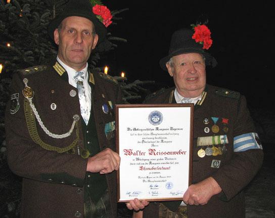 Florian Baier übergibt Walter Reissenweber die Urkunde für die Ernennung zum Ehrenoberleutnant