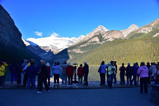 jeden Tag besuchen Massen von Touristen diesen See