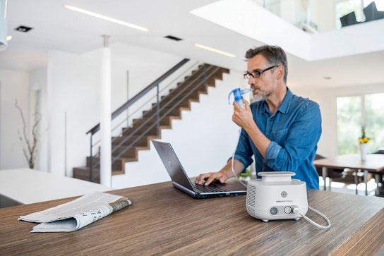 Mann inhaliert mit einem PARI Classic Inhalationsgerät – Marien Apotheke Reken