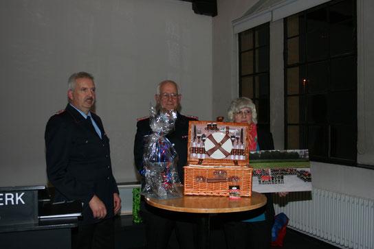 Wolfgang Siedenburg mit den überreichten Geschenken