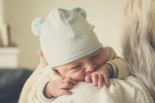 Neugeborenes Baby tragen, Babytragen ab Geburt, Tipps zum Tragen.