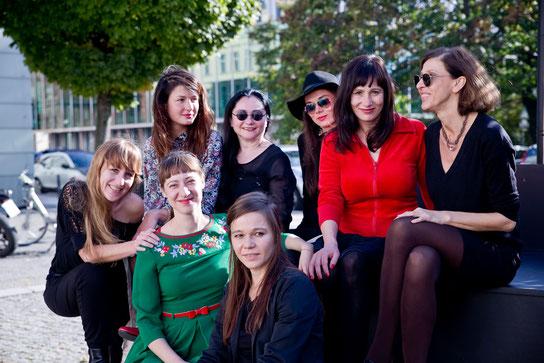 Die Frauen des Pro-Quote-Vorstands haben sich draußen zu einem Gruppenfoto zusammen gefunden.