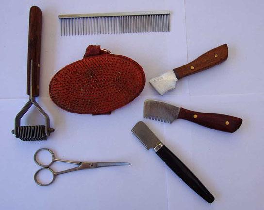 Trimmwerkzeuge die wir u.a. selbst verwenden:  Coat King, Kamm, Schere (Pfotenschere) und Terrierstriegel sowie verschiedene Trimmesser mit unterschiedlicher Zahnung