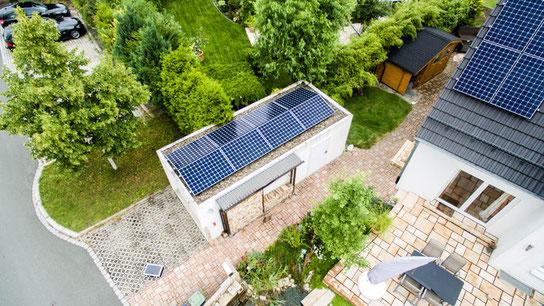Photovoltaikanlage in Ost-West-Ausrichtung auf einer Garage © iKratos