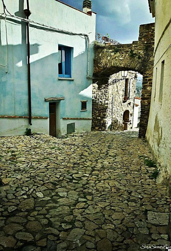 Vicoli antichi in pietra, nel meraviglioso Borgo di Posada, Nuoro (NU), Sardegna 2018 , Sardinia, Italy