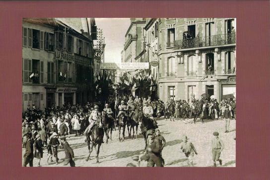 En quatrième de couverture : Arrivée d'un escadron du 22e régiment de Dragons place de l'Hôtel de Ville. (Coll. Ch. Duvivier)
