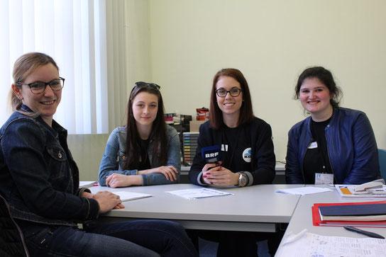 Catherine Signon vom Arbeitsamt berät junge Menschen bei der Berufswahl. Die Journalisten für einen Tag aus der PDS haben sie besucht.