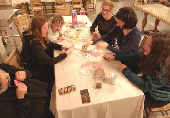 Kartenspielen mit Studentinnen (Foto: Sr Ane-Elisabet)