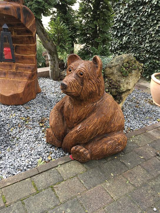 sitzender Bär aus Eiche