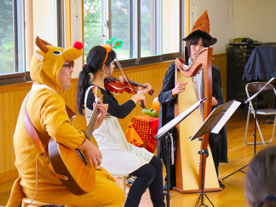 季節感:×、○、◎。大勢の子供達の笑顔の前にて生演奏。