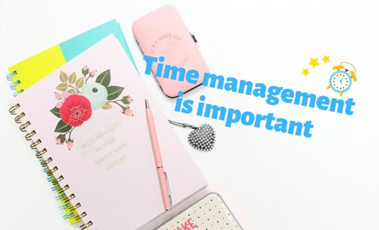 デスクにリングタイプのノートが2冊重ねて並べられている。傍らにピンクのボールペン、スマホ、キーホルダー。