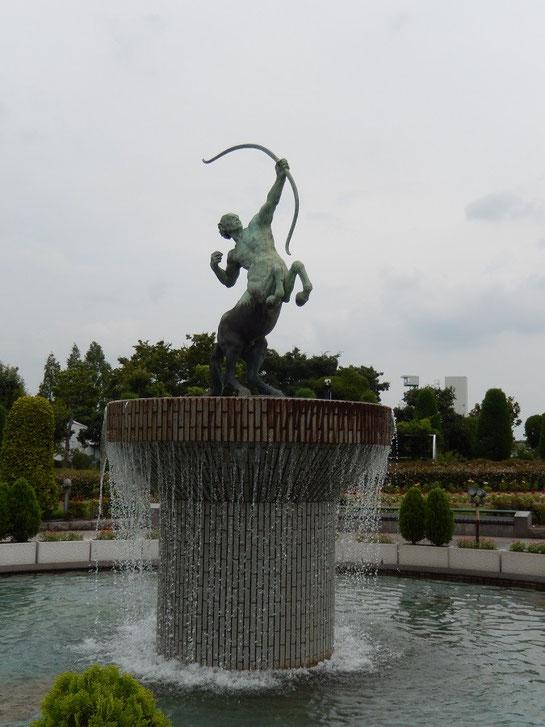 阪神競馬場 セントウル像 正面