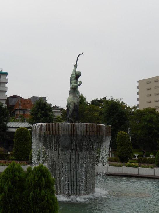 阪神競馬場 セントウル像 背面
