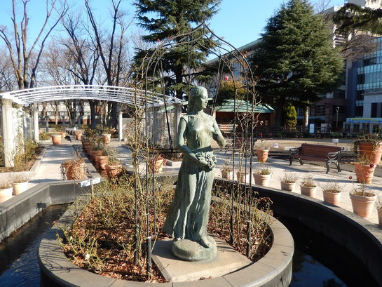 東京競馬場,ローズガーデン,ブロンズ像