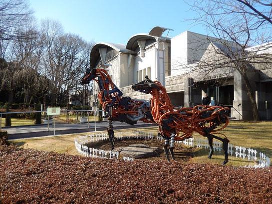 JRA競馬博物館,入り口前モニュメント