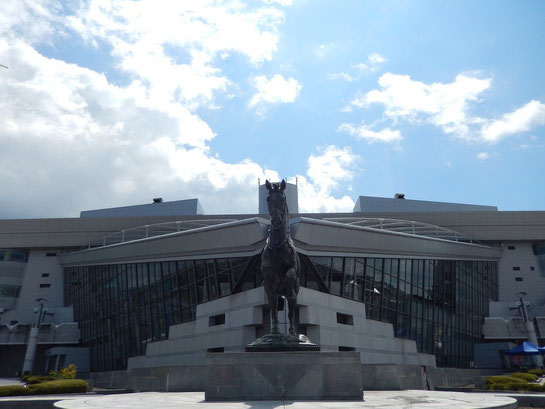 エントランス広場,馬の像