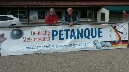 Karl Hahlbohm und Manfred Hörding begutachten den Boden auf den Feldern des Austragungsortes der DM auf der Tromm in Südhessen.