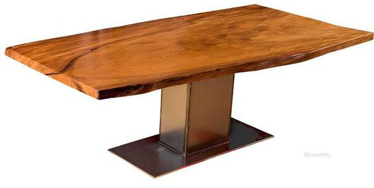 Holztisch oder Baumstammtisch mit Tischplatte aus dem Baum geschnitten,  Natur Massivholztisch