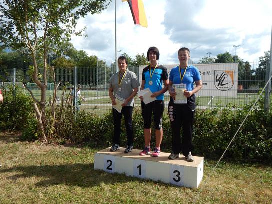 Kristina Telge (Mitte) bei der Siegerehrung nach ihren grandiosen Sieg im Dreikampf.