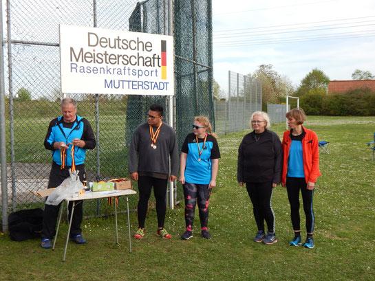 Steffen Klein (2. v. l.), an diesem Tag erneut sehr stark, Natalie Tag, Claudia Ernst-Offermann und Renate Ansel erhöhten die Phoenix-Erfolgsbilanz beträchtlich!