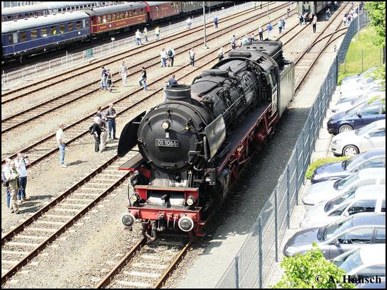 01 1066 ist am 22. Mai 2010 in Neuenmark-Wirsberg zu den Pfingstdampftagen zu sehen. Hier rangiert die Lok gerade an ihren Zug
