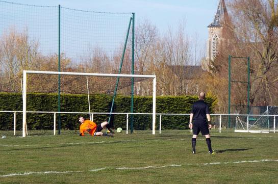 12ème : pénalty transformé par Pierre Devaux qui double la mise prenant à contre-pied le gardien. 0 - 2