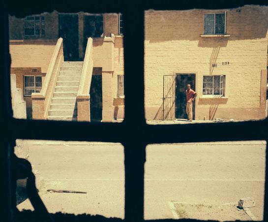 """""""Ausblick"""" aus einem der vier Schlafräume einer Hostelwohnung, hier leben und schlafen vier Personen auf max. 20 Quadratmetern - Township Langa Cape Town South Africa"""