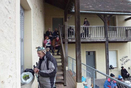 Dans l'escalier, sur le balcon, faut pas exagérer ...