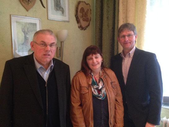Hermann Ter-Heide und Anneliese Wolken bedanken sich beim Bürgermeister Ernst Schmitz für die ausführlichen Informationen Foto: CDU Twist