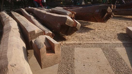 解体され地上に置かれた松梁の先端部。欠き込みは垂木を受けるためのもの。