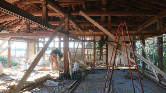 壁の竹小舞下地の土壁をこわす。斜め材は仮の筋交い。