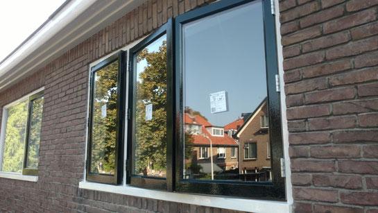 Nieuwe houten ramen met dubbelglas isolatieglas geplaatst door glaszetter in Leiden
