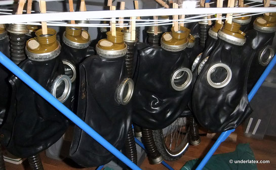 viele Gasmasken GP5 schwarz auf Wäschständer