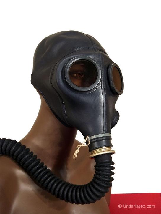 Schweizer Gasmaske SM64 mit Faltenschlauch devot von vorn