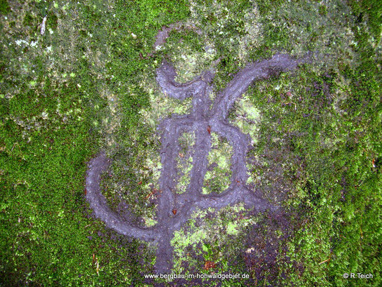 "Inschrift ""K P"" am Granitblock"