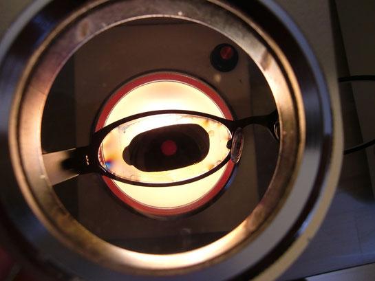 加工機で加工した直後 レンズの中心には加工用のシールが付いています。