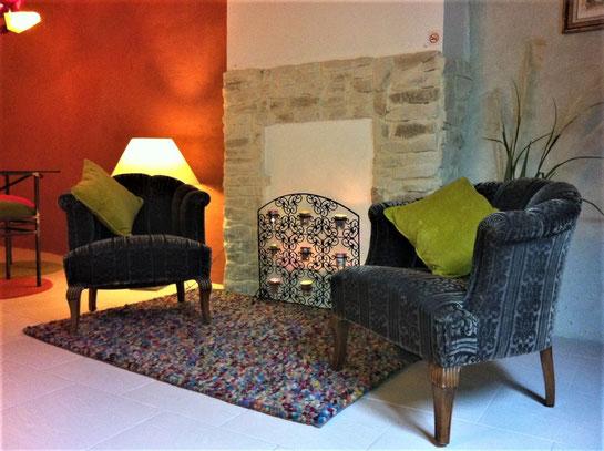 Hübscher ist der Sitzplatz am rein dekorativen Kamin ohne die mobile Klimaanlage ...