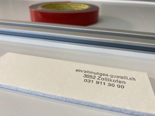 Bilderrahmen: Alu-Distanzrahmen auf Verbundplatte fixiert.
