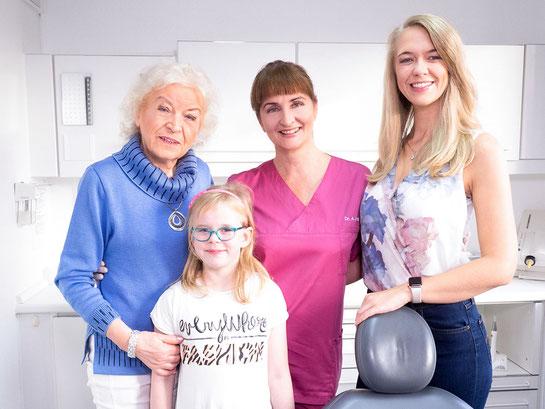 Dr. med. dent. Alina T. Ioana mit Patienten (Seniorin, Grundschülerin, junge Frau)