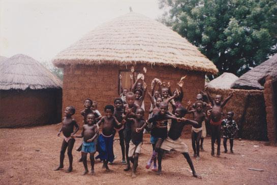 ガーナ北部に旅した時、JICAの方が働いていた村を訪問。カメラ向けたら元気にジャンプ!撮った瞬間からお気に入り!