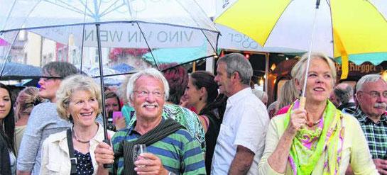Wen interessiert schon das Wetter, wenn die Lions ihr Weinfest feiern? Allerdings wird der Regenschirm am vergangenen Samstag auch nur selten gebraucht, und die Lions können wieder ein grandioses Fest feiern.  Bild: Fein