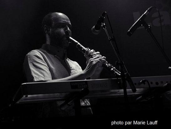 Térence THIAM con el clarinete en el Café La Pêche en Montreuil conLE PELICAN FRISE , 8°6 CREW y GREENLAND WHALEFISHERS