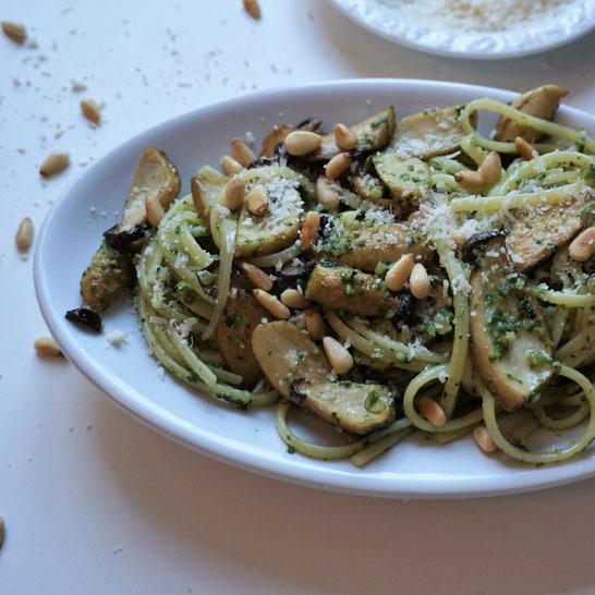 Linguine mit Kräuterseitlingen und würzigem Spinatpesto. Drei, die gut zusammen passen!