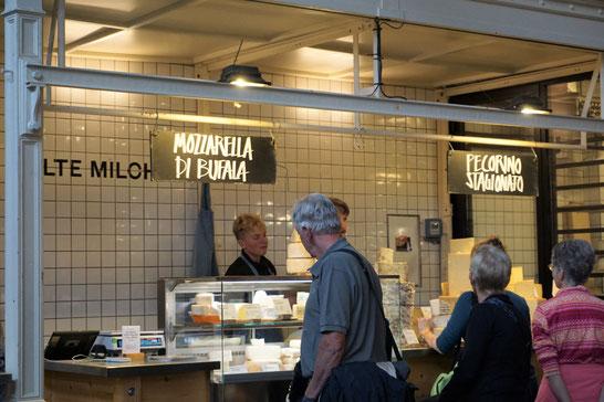 Markthalle IX, Berlin/Kreuzberg . Streetfood, Wochenmarkt und Kantine in historischem Ambiente. Berlintipp!