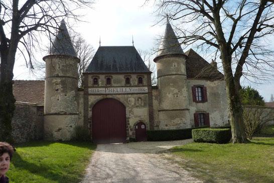 Entrée principale imposante datant des temps historiques (1118 - 1866 dates sur le fronton) pour se protéger des invasions pas toujours pieuses