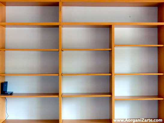 Vacía las estanterías para organizar los libros - AorganiZarte